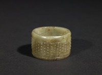 """Tan-colored jade ring with """"rice grain"""" decoration"""