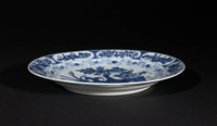 """Blue-and-White Dish with """"100 Antiquities"""" Motif"""