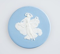Round blue jasper medallion with white relief of two female figures in clouds holding wreaths, set in gilded brass frame with ring