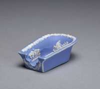 Cover for an unidentified object of dark blue jasper dip with white relief decoration, on the top a pattern of acanthus leaves with some shading, the finial with a floral element.