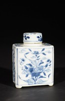 Tea caddy with cover in blue and white with flower design
