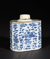 Blue and white export ware tea caddy with flowers and some gold decoration, no cover